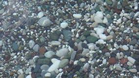 Kiezelstenen bij de bodem van het overzees stock videobeelden