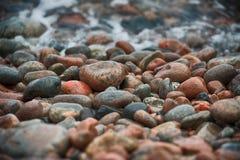 Kiezelstenen bij kust Stock Foto