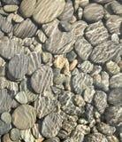 Kiezelstenen in de Achtergrond/de Textuur van de Stroom Stock Foto's