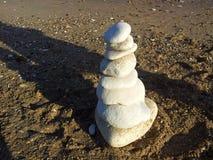 Kiezelstenen die op het strand worden gestapeld Royalty-vrije Stock Foto's