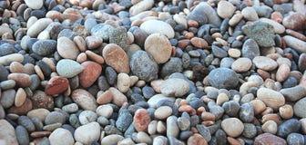 Kiezelstenen door het overzees Foto's van kiezelstenen op de kust royalty-vrije stock afbeelding