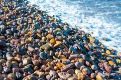 kiezelstenen in een kust van een eiland royalty-vrije stock fotografie