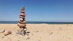 Kiezelstenen in een piramide op de kust stock video