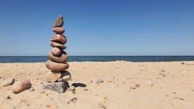Kiezelstenen in een piramide op de kust stock footage