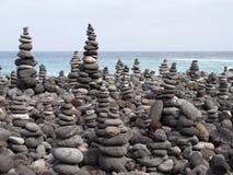 Kiezelstenen en stenen in vele lange gestapelde vormen worden geschikt die Stock Afbeeldingen
