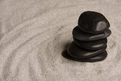 Kiezelstenen in gestapeld zand Royalty-vrije Stock Afbeelding