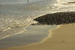 Kiezelstenen langs de oceaan Royalty-vrije Stock Fotografie