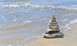 Kiezelstenen op de kust in zonnige dag in de zomer worden gestapeld die stock afbeeldingen