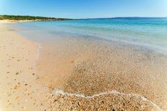 Kiezelstenen op de waterkant in Lazzaretto-strand stock foto