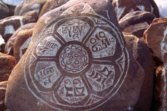 Kiezelstenen van heilig Meer Manasarovar met hiërogliefen en hoofd Boeddhistische mantra ` Om Mani Padme Hum ` royalty-vrije stock afbeeldingen