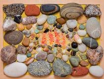 Kiezelstenen, zand, gekleurde stenen en overzeese zoute kristallen stock afbeeldingen