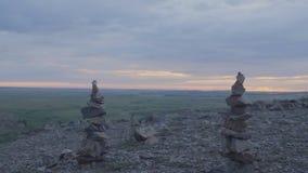 Kiezelstenentoren Zen en saldo Stapel kiezelstenen tegen de hemel Toren van stenen op de achtergrond van het gebied en stock fotografie