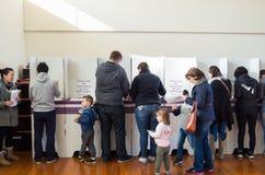 Kiezers bij het stemhokje in de Australische federale verkiezing van 2016 Stock Foto