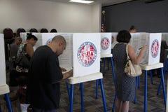 Kiezers bij opiniepeilingspost in 2012 Royalty-vrije Stock Foto