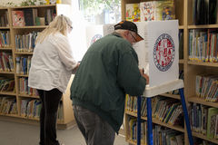 Kiezers bij opiniepeilingspost in 2012 Royalty-vrije Stock Fotografie