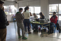 Kiezers die bij kiesuniversiteit bij Spaanse algemene verkiezingendag een rij vormen in Madrid, Spanje Stock Afbeelding