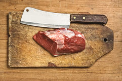 Kife de boucher et viande crue Photos stock