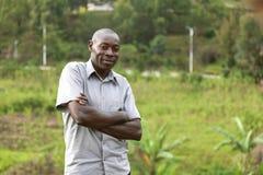 KIGALI, RWANDA - 6 DE SEPTIEMBRE DE 2015: Hombre no identificado El hombre que dobla sus brazos sonríe y mira en cámara Fotos de archivo libres de regalías
