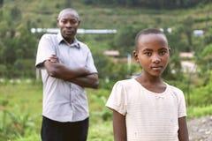 KIGALI, RWANDA - 6 DE SEPTIEMBRE DE 2015: Hombre y muchacha no identificados La chica joven ruandesa Imagen de archivo libre de regalías