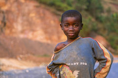 KIGALI, RWANDA - 6 DE SEPTIEMBRE DE 2015: Niño no identificado El niño africano que sonríe Fotos de archivo libres de regalías