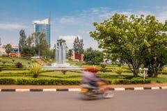 Kigali, Rwanda - 20 de septiembre de 2018: Una moto del ` del moto del ` en un cruce giratorio cerca del centro de ciudad, con la foto de archivo