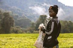 KIGALI, RWANDA - SEPTEMBER 6, 2015: Het onbekende jonge arbeidermeisje is om te werken bereid Stock Foto's