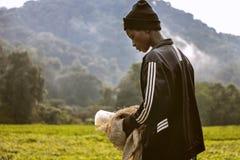 KIGALI, RWANDA - SEPTEMBER 6, 2015: Niet geïdentificeerd meisje Het jonge arbeidermeisje dat bereid wordt om theeaanplantingen op Royalty-vrije Stock Afbeeldingen