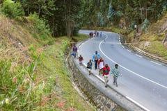 KIGALI, RWANDA - SEPTEMBER 6, 2015: Niet geïdentificeerde mensen De asfaltweg met bomen Royalty-vrije Stock Afbeeldingen