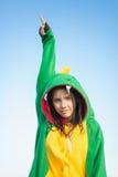 Kigurumi del dragón de la muchacha con los dreadlocks foto de archivo