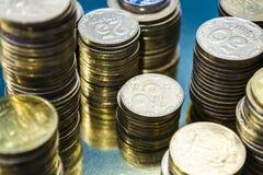 Kijów, Ukraina Luty 10, 2019 Tam jest góruje od złocistych monet waluta Biznes i Finanse dochodowość Kniaź Hryvnia zdjęcia stock
