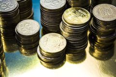 Kijów, Ukraina Luty 10, 2019 Tam jest góruje od złocistych monet waluta Biznes i Finanse dochodowość Kniaź Hryvnia zdjęcie royalty free