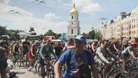 Kijów, czerwiec/, 1 2019 grup cykliści zaczynamy rowerową paradę Młodzi atrakcyjni mężczyźni i kobiety jedzie na rowerach w miast zdjęcie wideo
