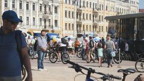 Kijów, czerwiec/, 1 2019 grup młodzi i atrakcyjni cykliści przy rowerową paradą Kolarstwa poj?cie zdjęcie wideo