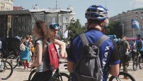 Kijów, czerwiec/, 1 2019 Sportive atrakcyjny mężczyzna jedziemy przez grupy cykliści przy roweru dniem w centrum miasta Kolarstwa zbiory wideo