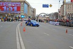 Zbiera (kobieta sportowego samochodu przedstawienie) na Kreshatik w Kijów, Ukraina, Obrazy Royalty Free