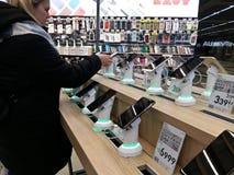 Kijów, Marzec 6, 2018, Ukraina Nabywca wybiera smartphone na kontuarze w jeden elektronika supermarkety w Kijów fotografia royalty free