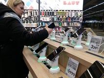Kijów, Marzec 6, 2018, Ukraina Nabywca wybiera smartphone na kontuarze w jeden elektronika supermarkety w Kijów obrazy stock