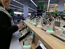 Kijów, Marzec 6, 2018, Ukraina Nabywca wybiera smartphone na kontuarze w jeden elektronika supermarkety w Kijów fotografia stock