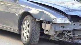 Kijów Ukraina, APR, - 5, 2018: Czołowy wpływu szczątki samochód na drodze po wypadkowego niskiego kąta zbiory wideo