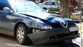 Kijów Ukraina, APR, - 5, 2018: Czołowy wpływu szczątki samochód na drodze po wypadkowego niskiego kąta zdjęcie wideo