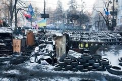 KIJÓW, UKRAINA: Barykady opony i świstek wyprostowywający naprzeciw siły policyjne na bombardującej ulicie w rząd ćwiartce Zdjęcie Royalty Free