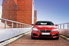 Kijów, Ukraina; Czerwiec 25, 2013; BMW M6 opuszcza parking żużel prędkość obraz stock