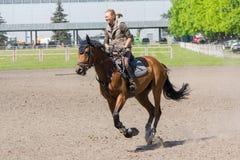 Kijów Ukraina, Czerwiec, - 09, 2016: Dziewczyna na koniu trenującym Obrazy Stock