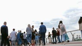 Kijów, Ukraina, Czerwiec 2019: - ludzie spacerów i relaksują wzdłuż bicyklu mostu nad Vladimirsky spadkiem w Kijów zbiory wideo