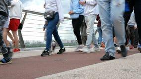 Kijów, Ukraina, Czerwiec 2019: - nogi niezidentyfikowani ludzie spacerów i relaksują wzdłuż bicyklu mostu zdjęcie wideo