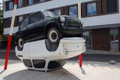 Kijów Ukraina, Czerwiec, - 22, 2017: Samochód jedzie za instalacją dwa samochodu Radziecka era Zdjęcie Royalty Free