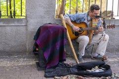KIJÓW UKRAINA, Czerwiec, - 04, 2017 Uliczny muzyk, mężczyzna bawić się gitarę, outdoors, horyzontalna rama Obrazy Royalty Free