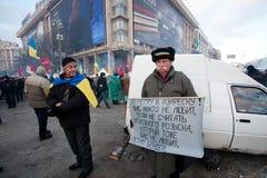 KIJÓW, UKRAINA: Demonstranci z krajowymi symbolami i sztandaru wezwaniem dla prezydenta rezygnować podczas antyrządowego protesta Obraz Royalty Free