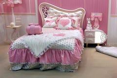 Kijów, Ukraina, 21 02 2014 dzieci sypialnia dla dziewczyny w menchiach obrazy royalty free