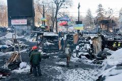 KIJÓW, UKRAINA: Grupa ludzi w wojskowego uniformu strażnika barykadach na łamanej ulicie podczas protesta Fotografia Royalty Free